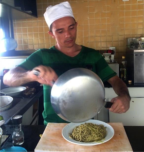 O chef fazendo um espaguete ao pesto.