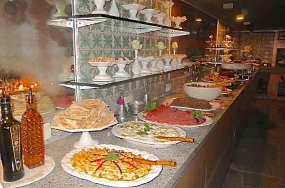 Look do dia: Buffet de comida árabe divina, a preferida de CA, feita por minha querida amiga e chef maravilhosa Madeleine Saad! Luxo só!