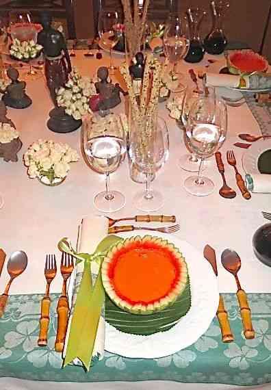 Adaptei o gaspacho que a querida Zazá ensinou ao que fazíamos em casa: ficou divino! Vejam no detalhe da mesa: servi com colher e garfo....