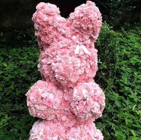 Foi esta linda coelha de flores rosa que chamos minha atenção para a Páscoa chez Verbena!
