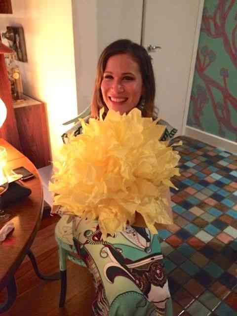 A linda Marianna recebendo os amigos: Amei este embrulho de presente compondo o seu look!
