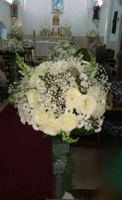 A capela das SErvas de Maria foi toda florida em variações deste tema: Delicadeza em forma de arranjo!