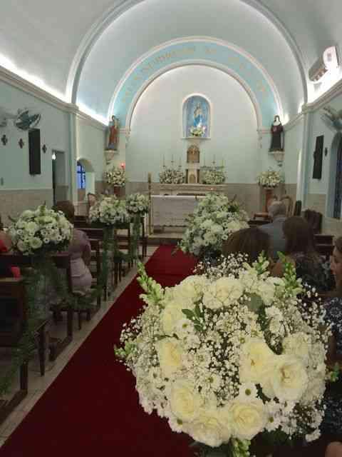 A graciosa capelinha das Servas de Maria esperando os noivos.