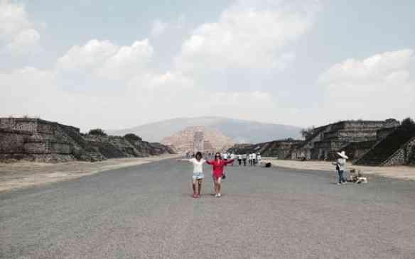 As TM em Teotihuacán, brincando de marquês de sapucaí, tal a grandiosidade de suas avenidas... Ao fundo, a emblemática Pirâmide da Lua por testemunha!em uma de suas avenidas: