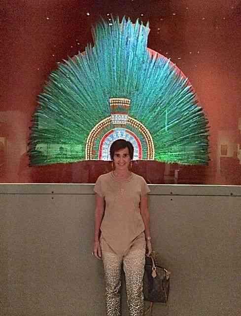 Com a cópia do cocar de Montezuma, no maravilhoso Museu Nacional de Antropologia, Cidade do México.
