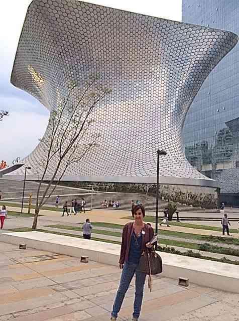 Em frente ao Museu Soumaya, Cidade do México.