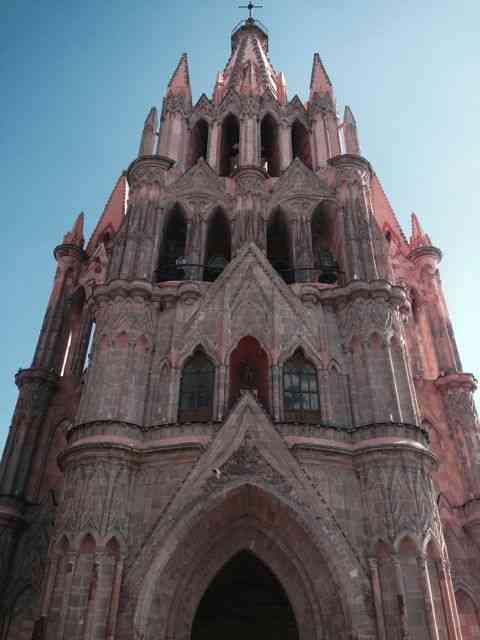 A linda catedral de San Miguel de Allende, a cidade em tons de rosa.