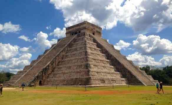 El Castillo, a monumental pirâmide da cidade maia Chichén Itzá, uma das sete maravilhas do mundo moderno: ela vale quanto pesa!