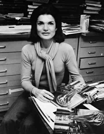 Jackie em seu escritório na Vicking, em janeiro de 1977