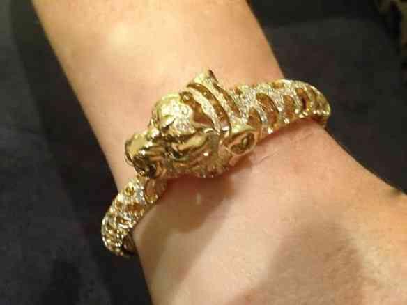 Esta pulseira de pantera em ouro é ma-ra-vi-lho-sa!