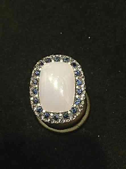 Elegância em forma de anel: Calcedônia e safira!