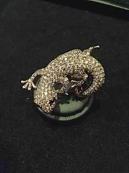 Termino com este mimo mais gracioso, em forma de anel: salamandra pra proteger!