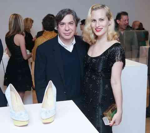 O artista plástico George Condo e a estilista dos pés, Charlotte Olympia, posam com a versão dele para o sapato dela...