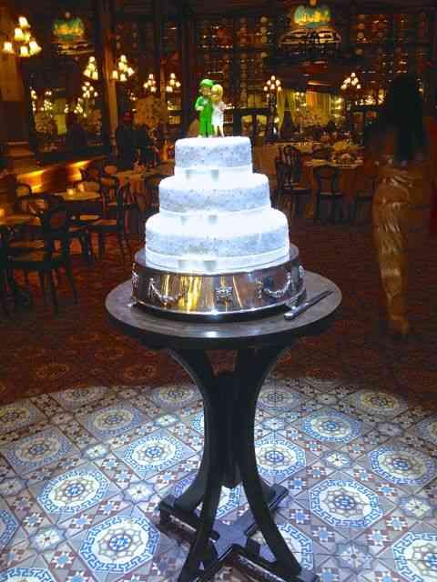 O bolo pontificava no meio do salão!
