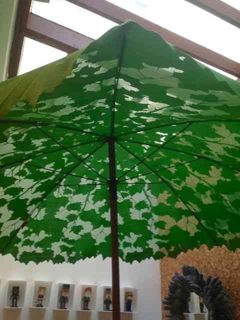 Achei visual este ombreloni dublando uma árvore!