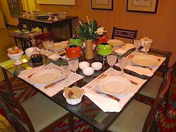 A mesa de jantar pronta esperando a hora de servir... Ao fundo, outra mesa para apoio.