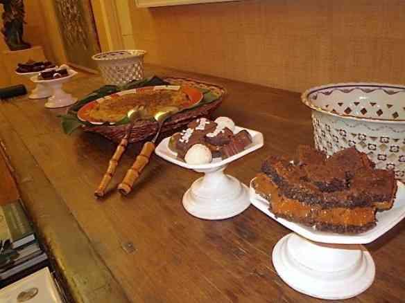 Na mesa aparador, a batata rostie e uma salada verde que não aparece na foto. Os brownies são diet e feitos pela Isabel TM