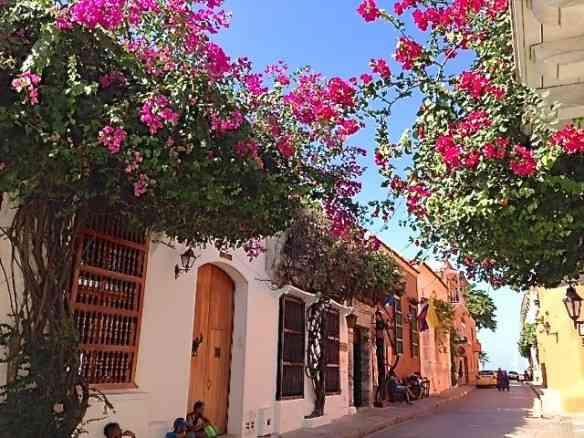 Uma das lindas ruas de Cartagena das Índias: Tem nome mais charmoso que este?! BN
