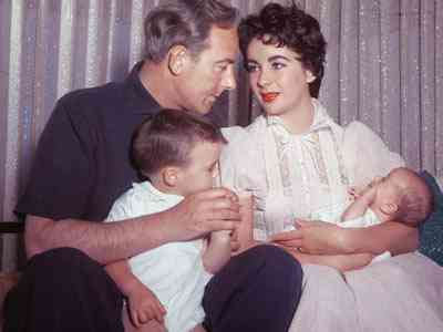 Liz e Michael Wilding com seus filhos
