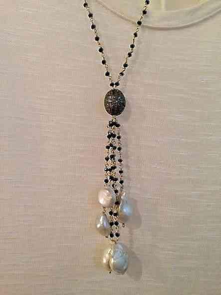 """Tão lindo este colar de """"espinelio"""" negro com pompom de pérolas: Vai com qualquer look!"""