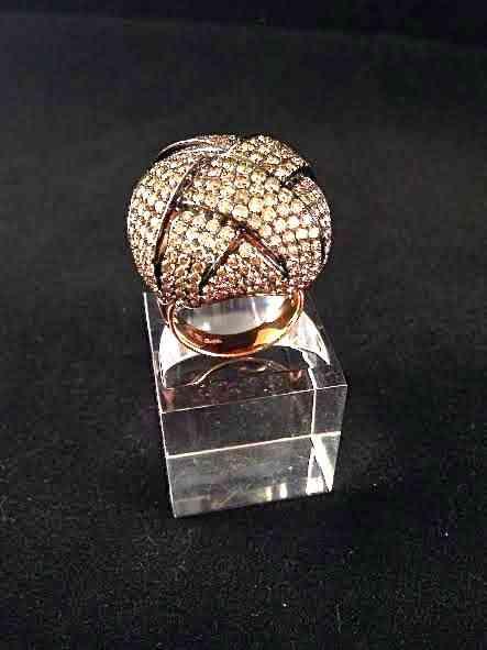 Que elegância eterna tem este anel, não acham?! De brilhantes