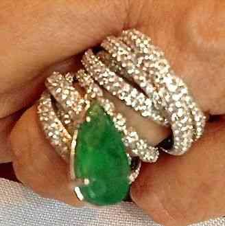 Amo esta coleção de alianças de bei com uma esmeralda, ou a pedra que você quiser ou tiver, pendurada!