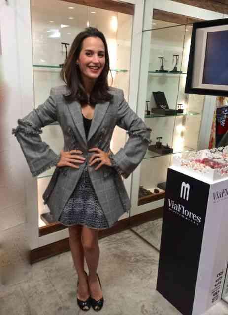 Joana Nolasco linda, chic e modernérrima num look, digamos, híbrido: Blazer do McQueen, sobre body TM e saia e sapatos ViaFlores!