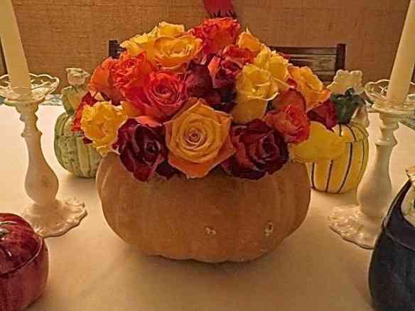 Usei uma abóbora verdadeira para vaso do centro e as rosas das cores de todo o resto: mesa multi colorida!