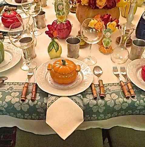 Como vocês bem sabem, minha mesa de jantar é aquele aperto... Neste dia tive que improvisar os guardanapos em baixo dos pratos.... Na natureza, tudo se adapta!