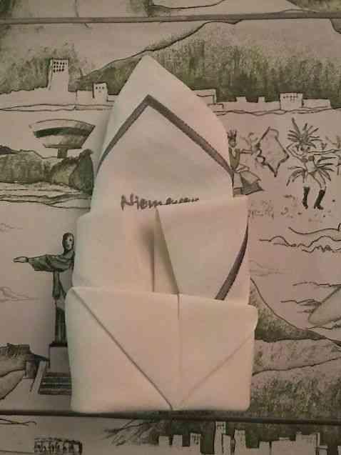 """Usei um serviço americano com """"toile de Jouy"""" com desenho de prédios de Niemeyer. Pedi pra fada Nadia Alves de Souza que bordasse sua assinatura nos guardanapos."""