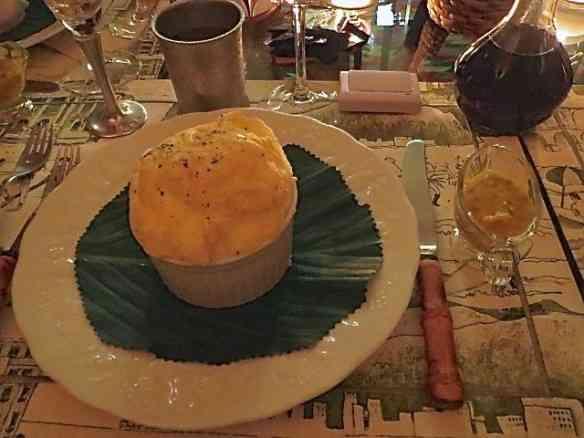 Entrada: suflê de queijo com calda de camarão (ao lado, na mini molheira, por conta dos alérgicos).