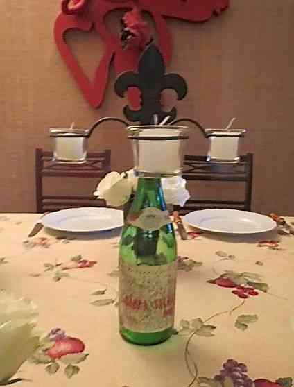 """Usei como centro de mesa este charmoso """"castiçal"""" da """"Maria Maria"""": A garrafa é por conta do freguês!"""