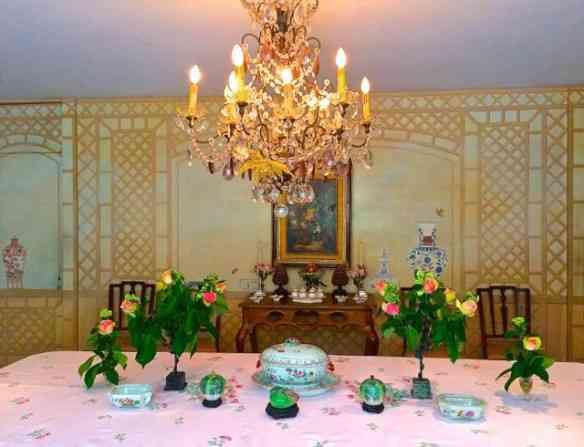 """A mesa de jantar lindamente florida esperando o buffet delicioso: Tudo estilo """"vintage""""!"""