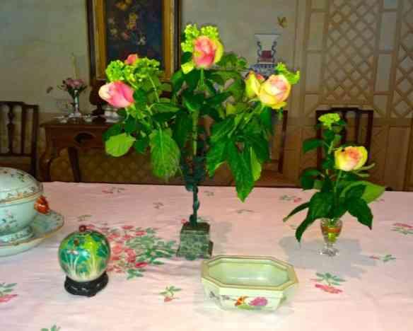 Detalhe da original floreira que deu um ar de roseiral à rosa cortada!