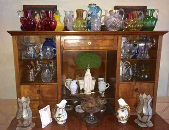 Amei a coleção de jarras da dona da casa, lindamente arrumada numa papeleira na sala de jantar!