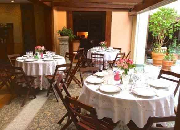 Três mesas de seis espalhadas, ma non troppo, pela varanda: Todo mundo ficou pertinho!