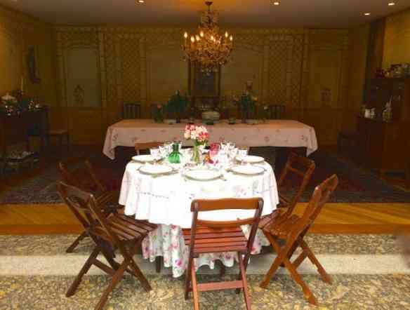 Vejam o visual da sala de jantar, ao fundo, com três mesinhas espalhadas pela varanda: Luxo só!