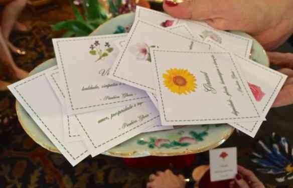 Os nomes das flores para serem sorteadas: Aqui a caprichosa dona da casa fez cartões com nomes e imagens das flores: Lindo!