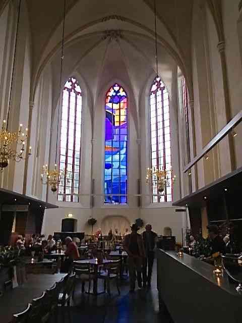 Pra fazer a digestão, nada melhor que zanzar por Zwolle: Deparar-se com esta igreja que virou livraria, por exemplo, é sensacional!