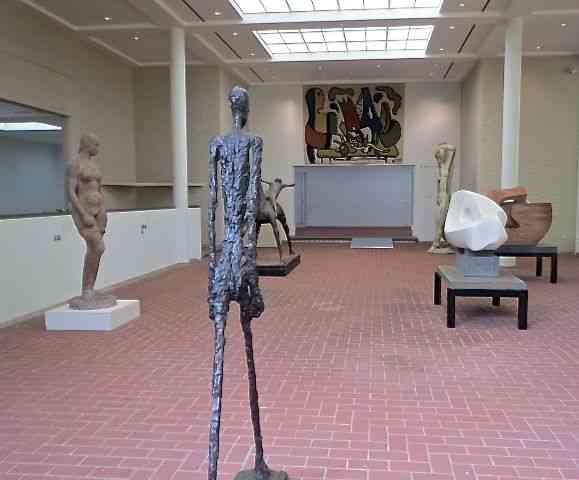Ala de esculturas, com Giacometti comandando a banda!