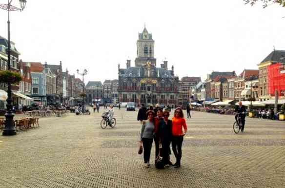 Na praça principal da feérica Delft: Visitar a fábrica de porcelana e almoçar por lá foi um programaço!