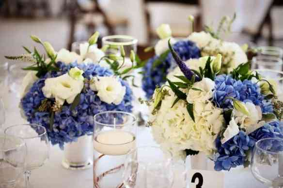 22.-Chicago-Botanic-Garden-Wedding.-Life-on-Prints.-Sweetchic-Events.-Exquisite-Designs.-Low-Centerpiece-arrangement-with-blue-and-white-hydrangea-with-sumberged-willow-680x453