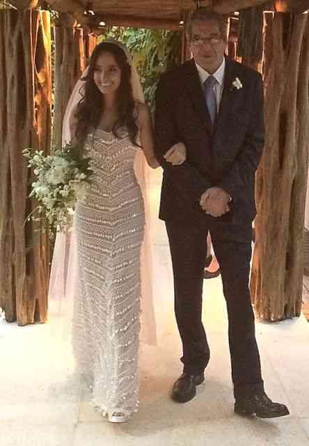 A noiva deslumbrante Gabriela Resende, rumo ao altar com o pai Gabriel, magistralmente vestida pelo gênio Guilherme Guimarães.