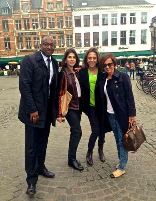 Com as meninas e Ricardo em Bruges, Bélgica: Seu trabalho vai além das fronteiras...