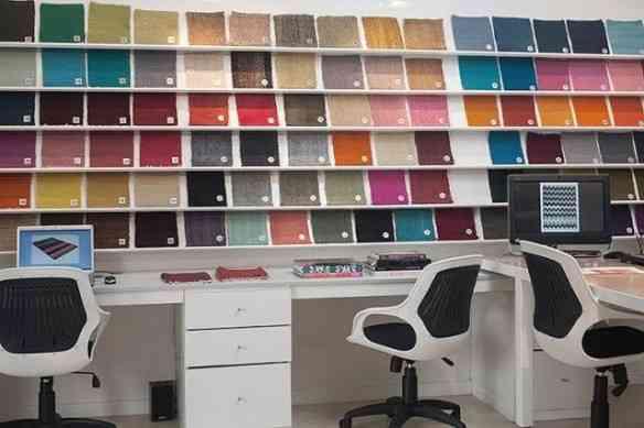 Amostras e computadores para materializar o tapete ideal.