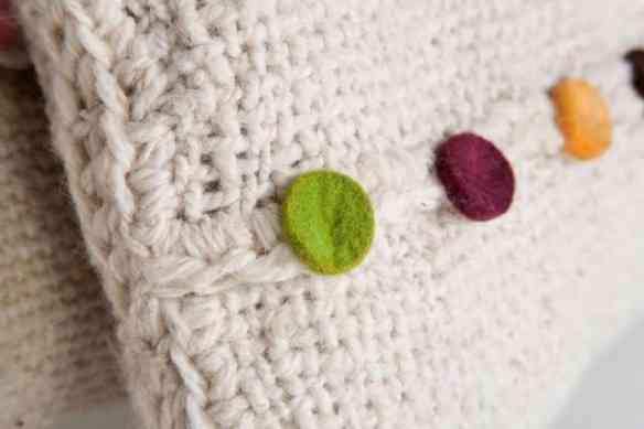 Detalhe de uma almofada: Todas são feitas à mão.