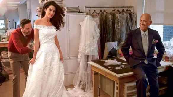 O elegantérrimo Oscar de La Renta acompanhando a prova do lindo vestido da, então, futura Sra George Clooney, Amal Alamuddin: romantismo à flor da pele!