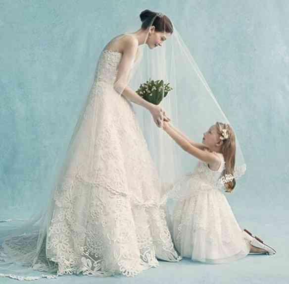 Esta foto de noiva e dama primorosas num look de Oscar de la Renta me lembrou os casamentos de minha infância!