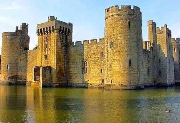 Castelo inglês abandonado em Sussex.