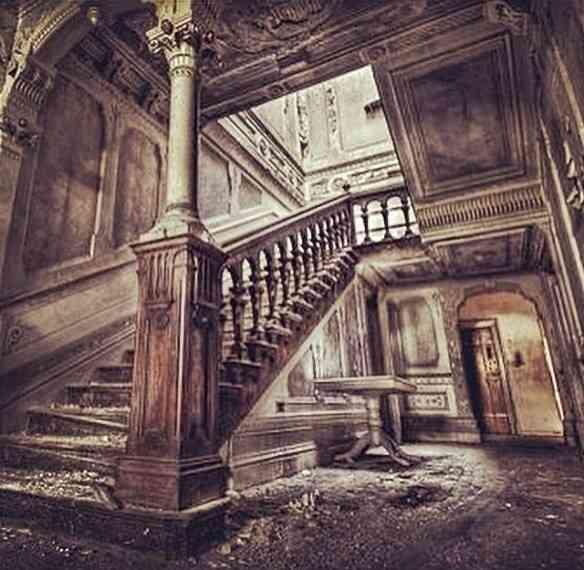 Escada abandonada junto com todo o resto...